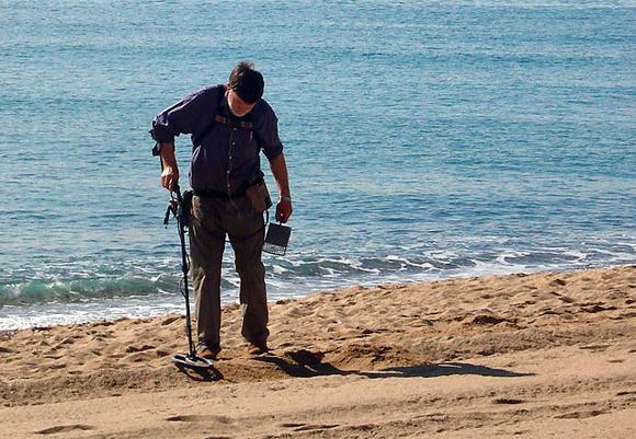 поиск на пляже с металлоискателем